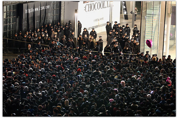 Crowds queue for the iPhone 4S in China