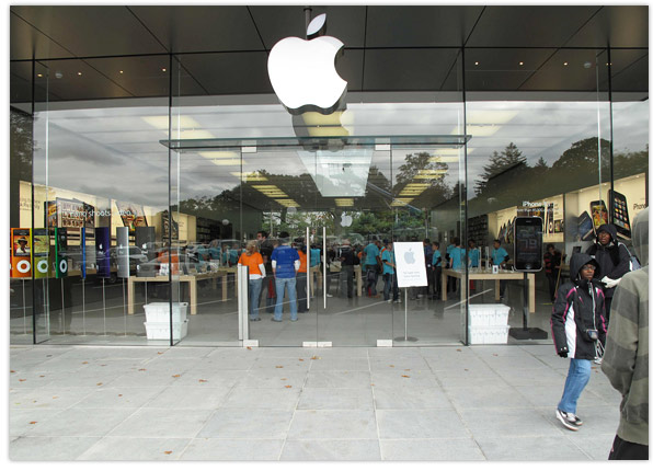 Customer walks into glass store door sues apple for 1 million apple store manhasset planetlyrics Gallery